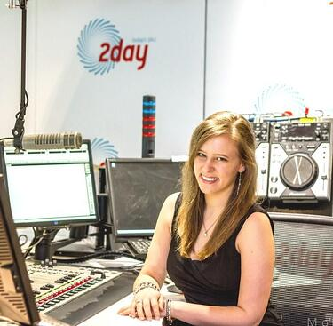 macleay journalism student lauren working at 2dayfm compressed
